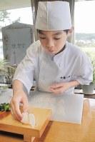 すしを握る11歳のころの佐藤元重さん=青森県八戸市鮫町の洋望荘で2009年10月4日、矢澤秀範撮影