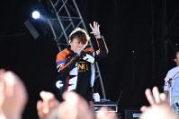 イナズマロックフェス2018のステージで歌唱を披露する西川貴教さん=滋賀県草津市下物町の烏丸半島で2018年9月22日午後2時0分、成松秋穂撮影