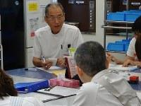 カンファレンスで看護師の報告に聞き入る嘉藤医師=秋田市の外旭川病院ホスピス病棟で、滝野隆浩撮影