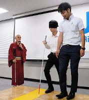 視覚障害者役(右から2人目)を電車内へ案内する練習をする男性。左は桂福点さん=大阪市阿倍野区松崎町1のJR西日本大阪支社で、花岡洋二撮影