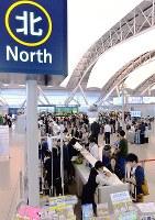 運用を再開した第1ターミナル北側エリアで搭乗手続きをする人たち=関西国際空港で2018年9月21日、山田尚弘撮影