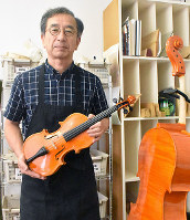 「膳所弦楽館」で楽器作りを教える橋本敦守さん=大津市長等2の膳所弦楽館で、諸隈美紗稀撮影