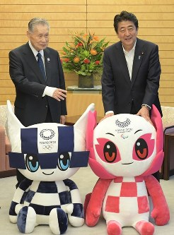 Prime Minister Shinzo Abe, right, and Yoshiro Mori, left, president of the Organizing Committee of the 2020 Tokyo Olympics and Paralympics, pose with the mascots for the games at the prime minister's official residence in Tokyo's Chiyoda Ward, on Aug. 7, 2018. (Mainichi/Masahiro Kawata)