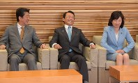 Prime Minister Shinzo Abe, left, chats with Finance Minister Taro Aso, center, and Internal Affairs and Communications Minister Seiko Noda before a regular Cabinet meeting at the prime minister's office on Sept. 21, 2018. (Mainichi/Masahiro Kawata)