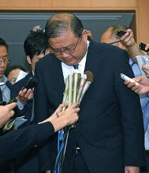 Kazuo Todani, administrative vice minister of education, culture, sports, science and technology, bows as he is interviewed by the media at the education ministry on Sept. 21, 2018. (Mainichi)
