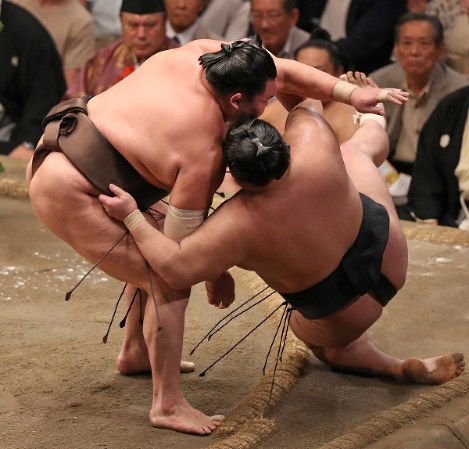 Yokozuna Hakuho, left, beats ozeki Goeido to clinch the Autumn Grand Sumo Tournament at Ryogoku Kokugikan in Tokyo on Sept. 22, 2018. (Mainichi/Junichi Sasaki)