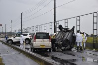 Police officers examine three vehicles involved in a crash that occurred on National Route No. 101 in Tsugaru, Aomori Prefecture, on Sept. 22, 2018. (Mainichi)