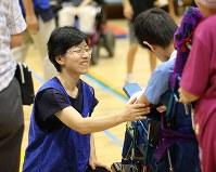 特別支援学校で子どもたちに声をかける高橋真理子さん(左)=東京都武蔵村山市で、佐々木順一撮影