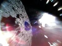 はやぶさ2が投下した小型探査ロボットが撮影した小惑星リュウグウ。白い光は太陽によるもの=宇宙航空研究開発機構提供