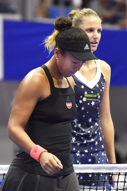 Naomi Osaka leaves the court after congratulating Karolina Pliskova for winning the Toray Pan Pacific Open final on Sunday, Sept. 23 in Tokyo. (Mainichi)