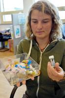 北海のフルマカモメの体内から見つかるプラスチックごみの平均量(右の容器内0.31グラム)を人間の体で置き換えると、箱(左)に入った量ほどにもなる=デン・ヘルダーで