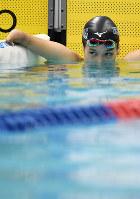 女子100メートル背泳ぎ(運動機能障害S9)決勝で4位でフィニッシュし、タイムを確認する一ノ瀬=久保玲撮影