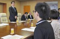 熊本市民病院と患者遺族の意見交換会に参加した花梨ちゃんの両親(手前)と、あいさつする大西一史市長=熊本市役所で2017年7月30日、城島勇人撮影