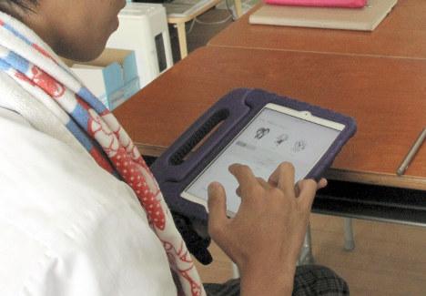 タブレットでチャットボットのパルと会話する男子生徒=仙台市内で2018年9月18日
