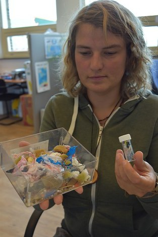 In this photo taken on Aug. 30, 2018 in Den Helder in the northern Netherlands, the average amount of plastics found in the body of a northern fulmar, right, is compared to its equivalent in a human being of average weight, in the left box. (Mainichi/Kosuke Hatta).