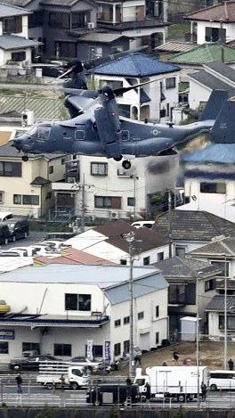In this file photo dated April 5, 2018, a U.S. Air Force CV-22 Osprey comes in to land at U.S. Yokota Air Base in Tokyo. (Mainichi)