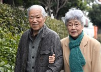 In this file photo, Shigeru and Sakie Yokota walk arm in arm after a gathering of supporters nine months before the 40th anniversary of the abduction of their daughter Megumi by North Korea, on Feb. 5, 2017, in Kawasaki, Kanagawa Prefecture. (Mainichi/ Kimi Takeuchi)