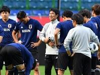 コスタリカ戦の前日練習で笑顔を見せるサッカー日本代表の森保一監督(左から3人目)=猪飼健史撮影
