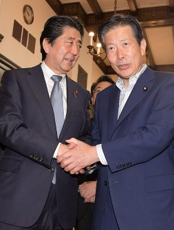 In this July 20, 2018 file photo, Komeito party chief Natsuo Yamaguchi, right, shakes hands with Prime Minister Shinzo Abe at the National Diet in Tokyo. (Mainichi/Masahiro Kawata)