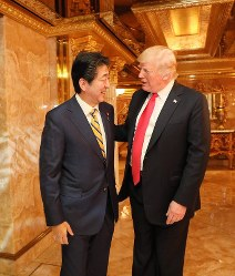 Prime Minister Shinzo Abe, left, chats with U.S. President Donald Trump inside Trump Tower in central New York on Sept. 23, 2018. (Photo courtesy of the Cabinet Public Relations Office)