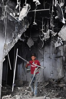 Omar Fathi Hasan, 13, collects scrap iron from a building destroyed by fighting in the old city of western Mosul in northern Iraq on Aug. 10, 2018. He is the sole earner for his family following his father's death in fighting. (Mainichi/Kenji Konoha)