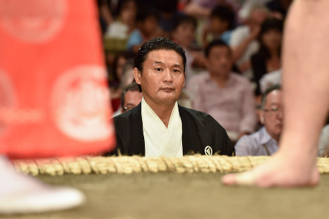 Stablemaster Takanohana serves as a ringside judge at the Autumn Grand Sumo Tournament at Ryogoku Kokugikan hall in Tokyo's Sumida Ward on Sept. 9, 2018. (Mainichi/Masaru Nishimoto)