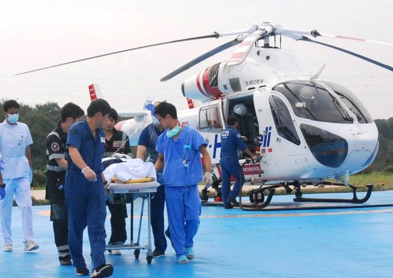ドクターヘリで搬送され、救命救急センターに移される負傷者=ドラマのロケ地でもある千葉県印西市の日本医科大千葉北総病院で