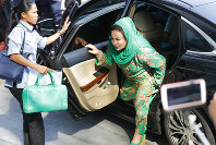 Rosmah Mansor, right, wife of former Malaysian Prime Minister Najib Razak, arrives at Anti-Corruption Agency for questioning in Putrajaya, on Sept. 26, 2018. (AP Photo/Vincent Thian)