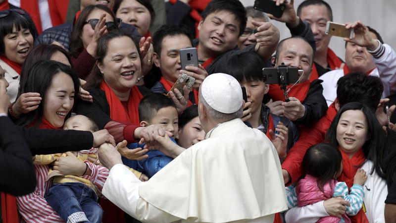 バチカンのサンピエトロ広場でローマ法王に謁見する中国から来た信者ら=2018年4月18日、AP