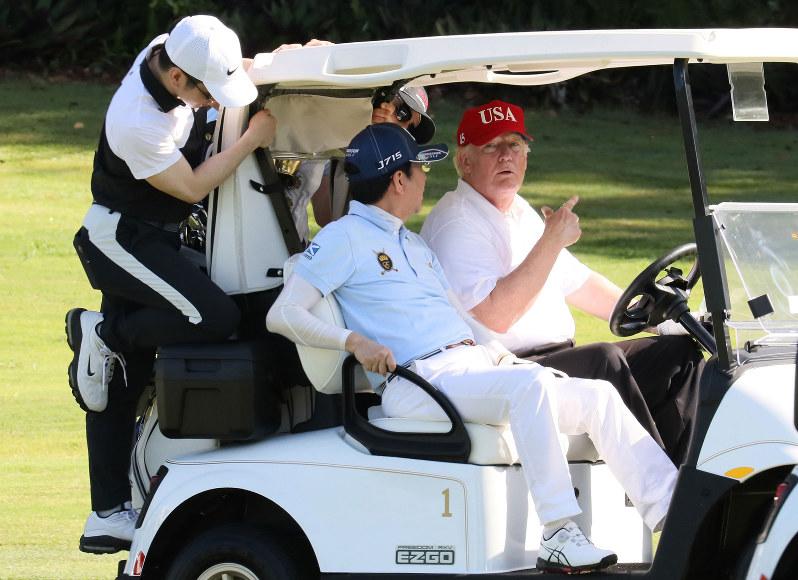 4月の日米首脳会談では「ゴルフ会談」をした安倍晋三首相(中央)とトランプ米大統領(米フロリダ州で4月18日、内閣広報室提供)