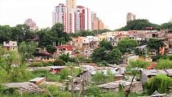 アスンシオン旧市街の高層ビル群とその横のスラム。この町を象徴する光景(写真は筆者撮影)