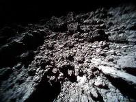 小型探査ロボットが撮影した小惑星リュウグウの表面画像=宇宙航空研究開発機構提供