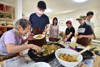 1階が地域で暮らす障害者の仕事場、2階が高齢者らの共同住宅になっている「ウイズタイムハウス大泉学園」。一緒に昼食を作ることもあり、自然と会話も弾む=東京都練馬区で2018年7月9日午後0時1分、竹内紀臣撮影