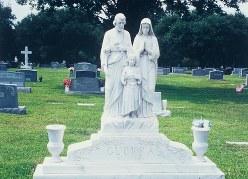 米フロリダ州マイアミの家族墓。聖家族の彫刻がほどこしてある=1996年、筆者撮影
