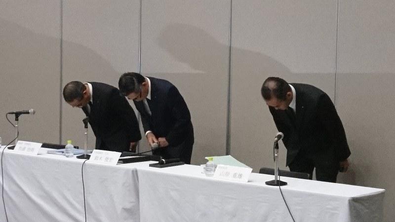 頭を下げる鈴木俊宏・スズキ社長(中央)ら=東京都内で9月26日、今沢真撮影