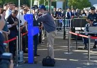 顔認証システム(左)の実証実験で、偽造IDで通過しようとする不審者役の男性(中央)=東京都江東区で2018年9月28日午後3時6分、手塚耕一郎撮影