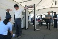 観客用のスクリーニング実証実験で、手荷物検査と金属探知を受ける観客役の人たち=東京都江東区で2018年9月28日午後2時23分、手塚耕一郎撮影