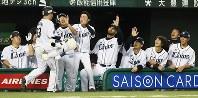 【西武―ソフトバンク】一回裏西武1死一、二塁、先制の3点本塁打を放った山川(手前)を笑顔で迎える西武の選手たち=メットライフドームで2018年9月28日、玉城達郎撮影