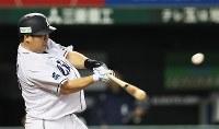 【西武―ソフトバンク】六回裏2死一塁、中村が勝ち越しの2点本塁打を放つ=メットライフドームで2018年9月28日、玉城達郎撮影