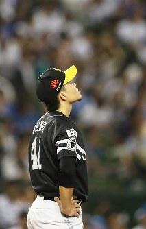 【西武―ソフトバンク】六回裏西武2死一塁、中村に勝ち越しの2点本塁打を打たれ天を仰ぐソフトバンク先発の千賀=メットライフドームで2018年9月28日、玉城達郎撮影