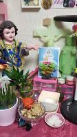 母親は真っ先に祭壇を設け、娘との幸せな日々の再開を祈った=金光敏さん撮影