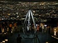 19日の点灯再開後、観光客が戻りつつある藻岩山の山頂展望台。明かりが戻った札幌市内の夜景が一望できる=札幌市南区で2018年9月26日午後8時4分、貝塚太一撮影