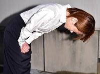 保釈され報道陣の前で頭を下げる吉沢ひとみ被告=東京都渋谷区の警視庁原宿署で2018年9月27日午後5時32分、竹内紀臣撮影