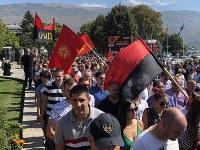 国名変更に反対する野党「国家統一民主党」の集会。古代マケドニアの象徴である「ベルギナの太陽」をあしらった旗も掲げられた=マケドニア南西部オフリドで2018年9月23日、三木幸治撮影