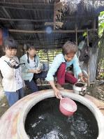 水道がないスマイさんの家では、雨水をかめにため、生活のために使う