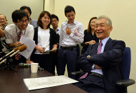 Tasuku Honjo chats with reporters during an interview with reporters from multiple news outlets in Kyoto's Sakyo Ward, on Sept. 27, 2017. (Mainichi/Yusuke Komatsu)