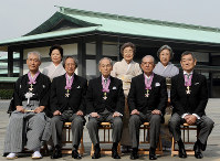 Tasuku Honjo, first from left in front row, and his wife Shigeko, first from left in second row, are seen with actor Ken Takakura, first from right in front row, in this commemorative photo taken after an Order of Culture ceremony at the Imperial Palace in Tokyo, on Nov. 3, 2013. (Mainichi/Kan Takeuchi)