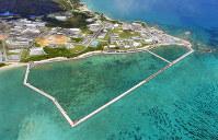 埋め立て工事が進む辺野古沿岸部。左上は米軍キャンプ・シュワブ=沖縄県名護市で2018年9月16日、本社ヘリから森園道子撮影