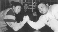 Koji Hanada, the future Takanohana, right, shakes hands with his elder brother Masaru Hanada, later Wakanohana, in front of their father and then stablemaster Fujishima, or Mitsuru Hanada, after the brothers decided to join the Fujishima Stable, in Tokyo's Nakano Ward, on Jan. 28, 1988. (Sponichi)
