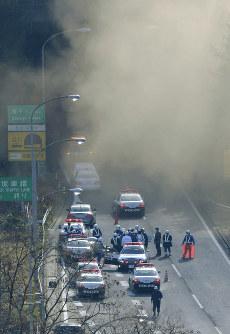 崩落事故があった中央道上り線の笹子トンネル出口付近で、渋滞する下り線=山梨県大月市で2012年12月2日午前9時34分、本社ヘリから